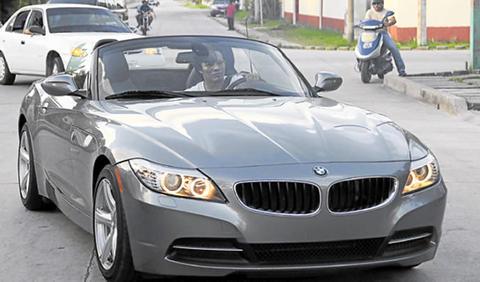 Se-paseo-en-su-BMW-por-la-ciudad._480_311